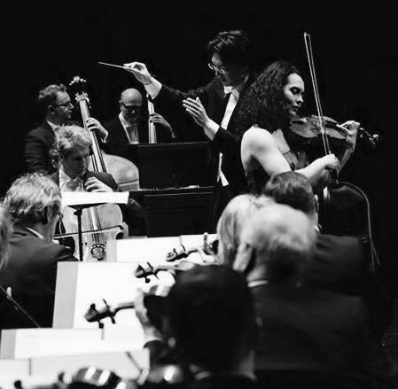 Lio Kuokman, Alina Baeva (violin) and Sinfonia Varsovia
